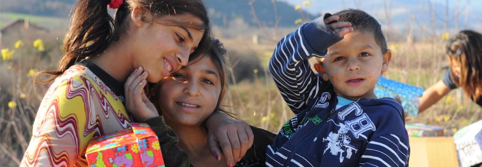 """Повече от 10 години """"Фондация за социална промяна и включване"""", заедно с партньори от Великобритания, раздава хиляди подаръци на деца, семейства и групи в неравностойно положение."""