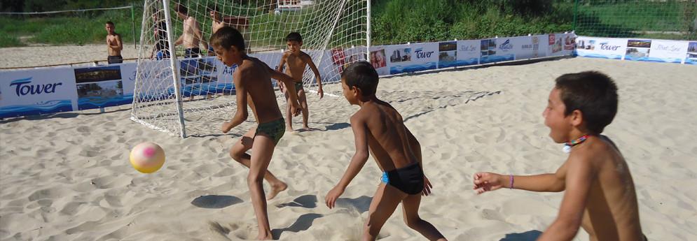"""За да предостави алтернатива на лошите битови условия и да внесе радост в детството на децата от Липница, ФСПВ организира за тях летен детски лагер """"Синьо лято"""" на българското Черноморие."""